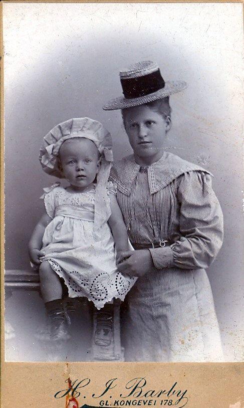 19.27 Ukendte personer på billede dateret 1. august 1899