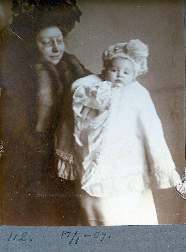 30.112 Erna Schmuhl, med sønnen Axel født 26.8.1908
