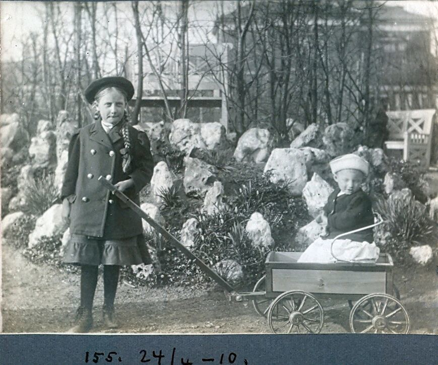 30.155  Axel Schmuhl samt Else Ebert f. 19.6.1902 - Billede dateret 24. april 1910