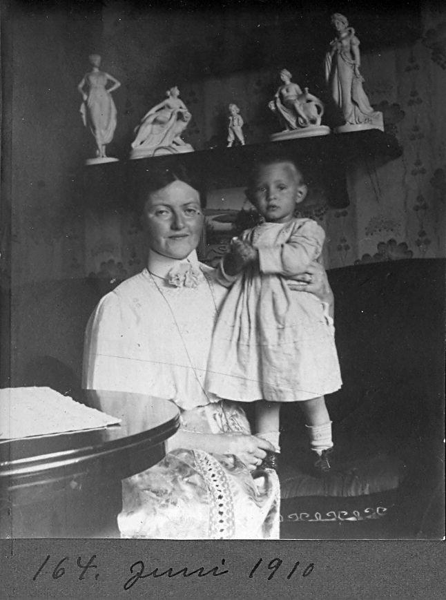 30.164 På besøg i Tyskland, juni 1910. Her sammen med familien i Ludwigslust.