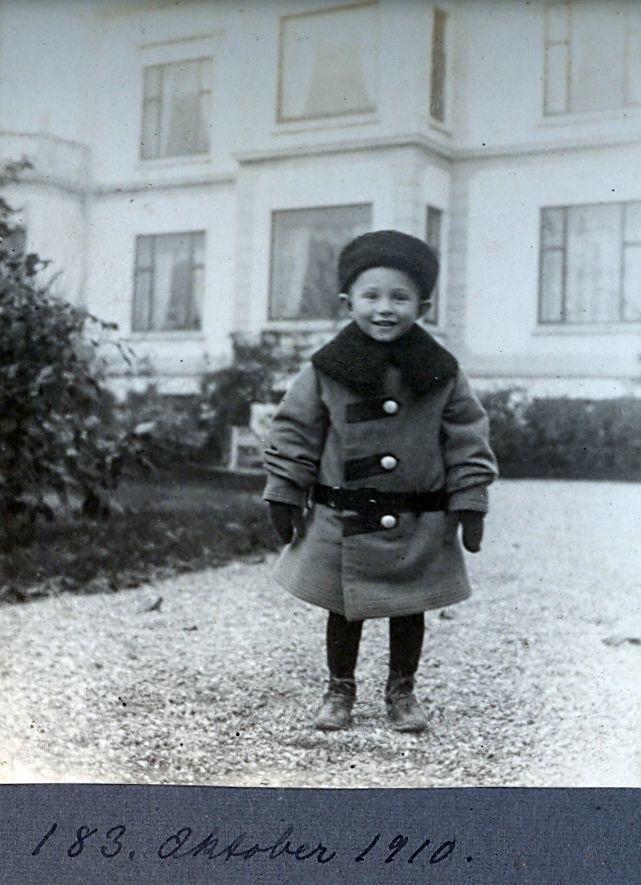 30.183  Axel Schmuhl,foran Villa Sans Souci,oktober 1910