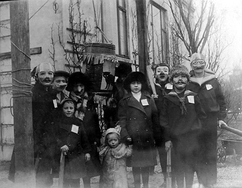30.222 Tøndeslagning ved villa Sans Souci år 1914. Axel Schmuhl 6 år forrest og søster Clara 2 år sammen med Moster Else 12 år.