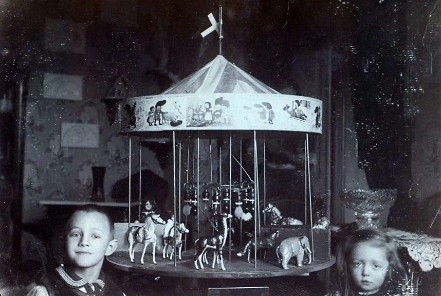 30.234 Axel og Clara Schmuhl med legetøjskarussellen.