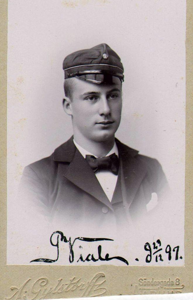 21.65 Hvilket navn står der på dette billede fra 29.12.1897