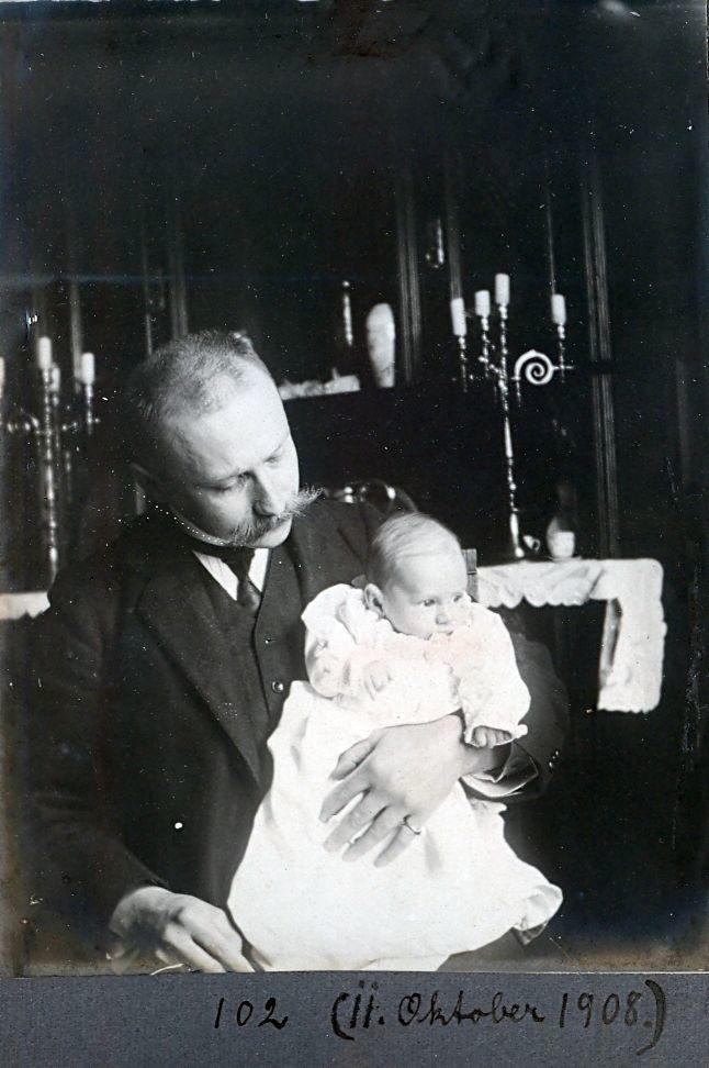 30.102 Wilhelm Schmuhl med sønnen Axel, 11.oktober 1908