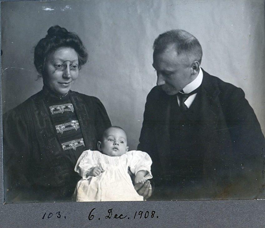 30.103 Erna og Wilhelm Schmuhl, med sønnen Axel født 26.8.1908