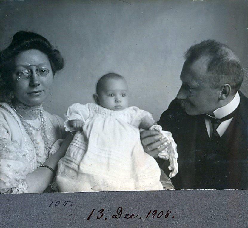 30.105 Erna og Wilhelm Schmuhl, med sønnen Axel født 26.8.1908