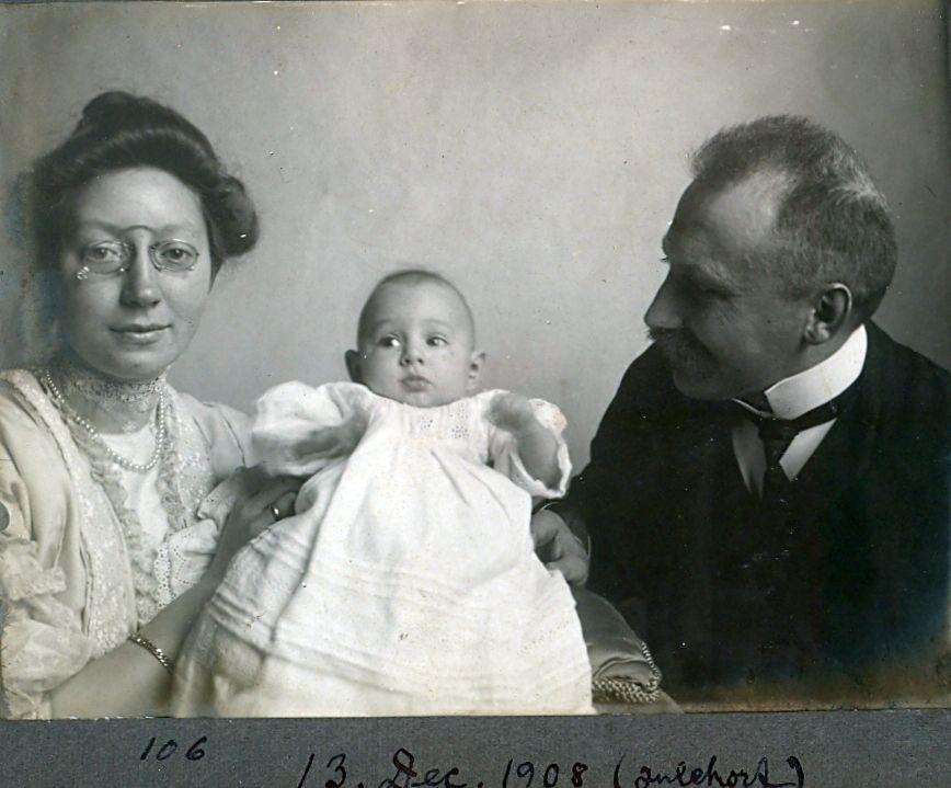 30.106 Erna og Wilhelm Schmuhl, med sønnen Axel født 26.8.1908