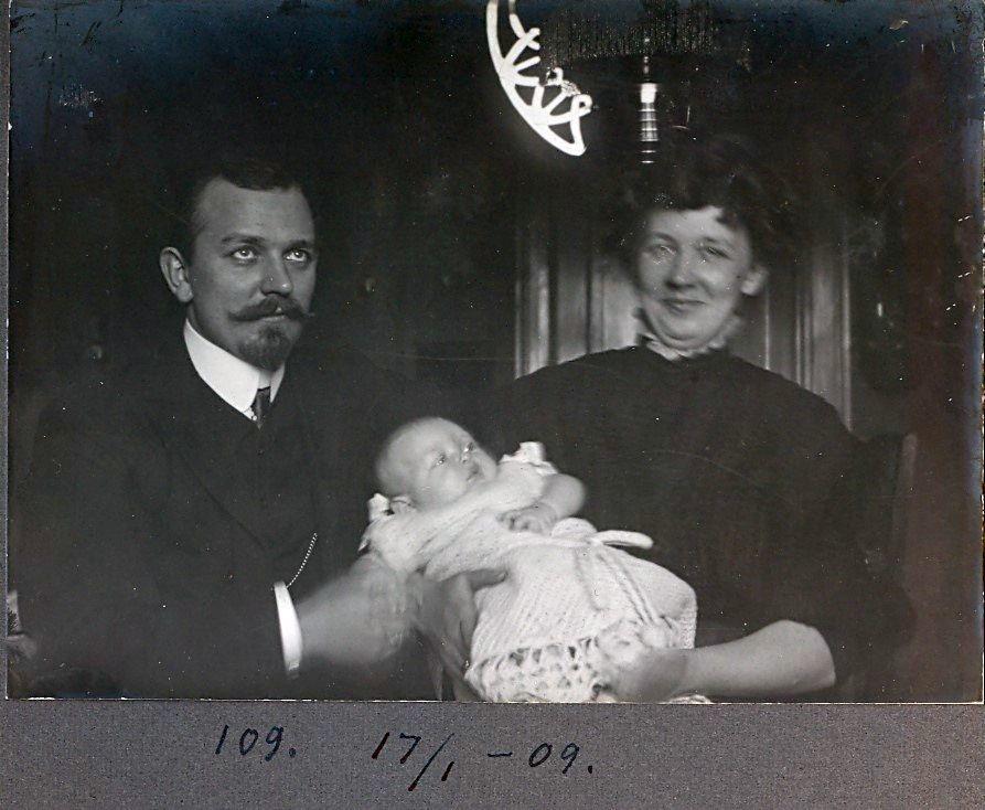 30.109  Wilhelm Schmuhl, med sønnen Axel født 26.8.1908