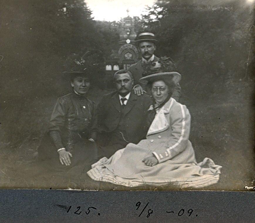 30.125 Erna Schmuhl og venner foran den russiske pavillon i Fredensborg slotshave