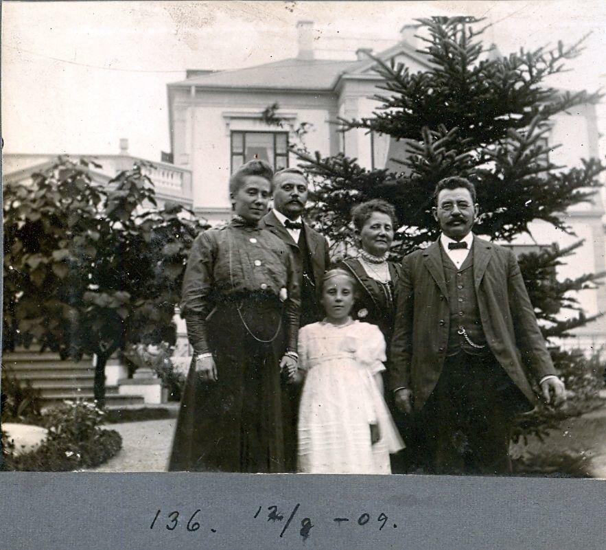 30.136 Familien Ebert foran Villa Sans Sousis, Hermann Ebert til højre