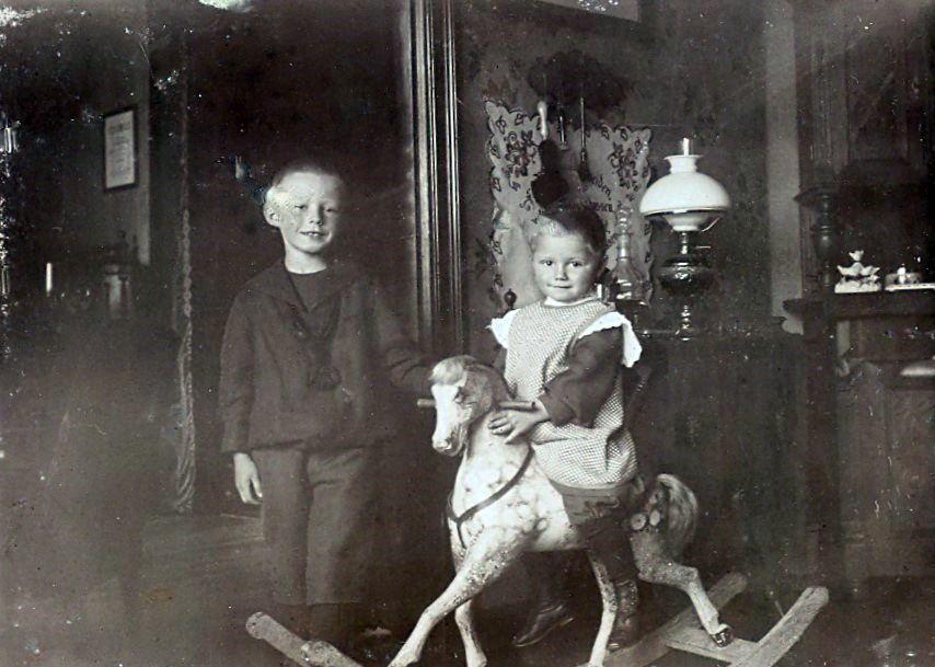 Det er formodentlig Else Ebert f. 19.6.1902 der sidder på hesten.