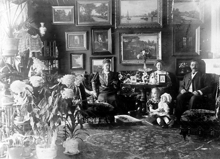 30.7 Grosserer Hermann Ebert, hustru Franziska, datter Erna på 25 år og lillesøster Else på 5 år.