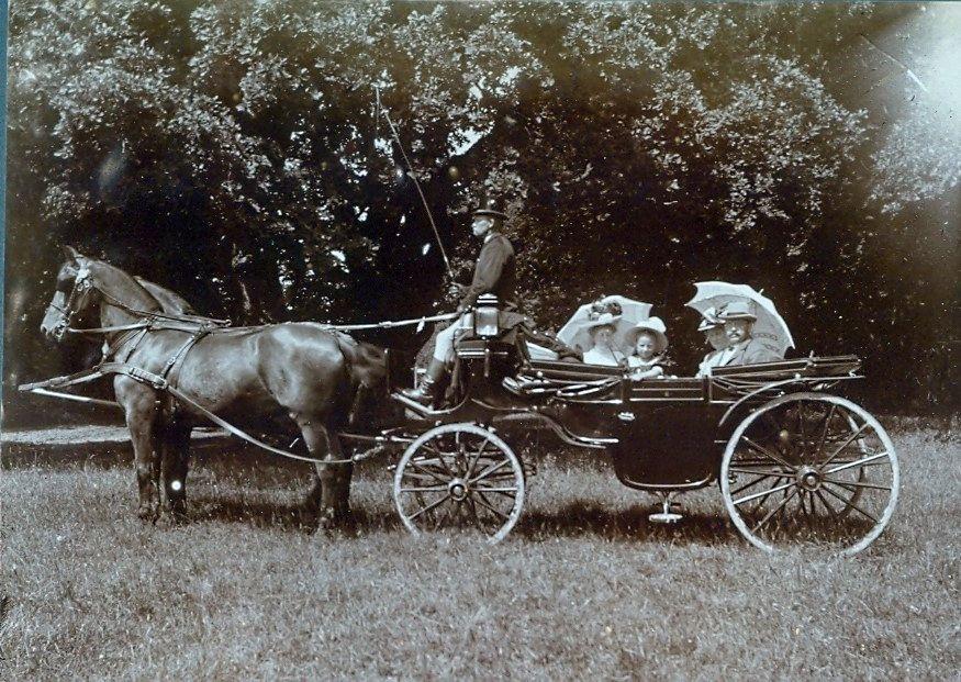 30.86 Skovtur, august 1908. Herman Ebert og hustru sammen med ældste datter Erna og yngste datter Else.