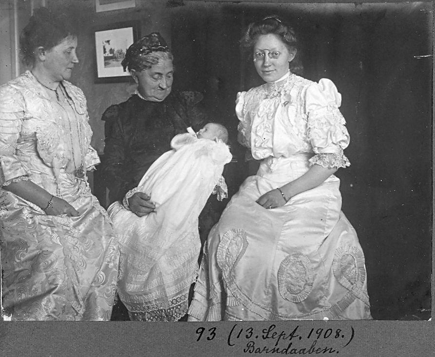 30.93 Erna Schmuhl med førstefødte Axel født 26.8.1908