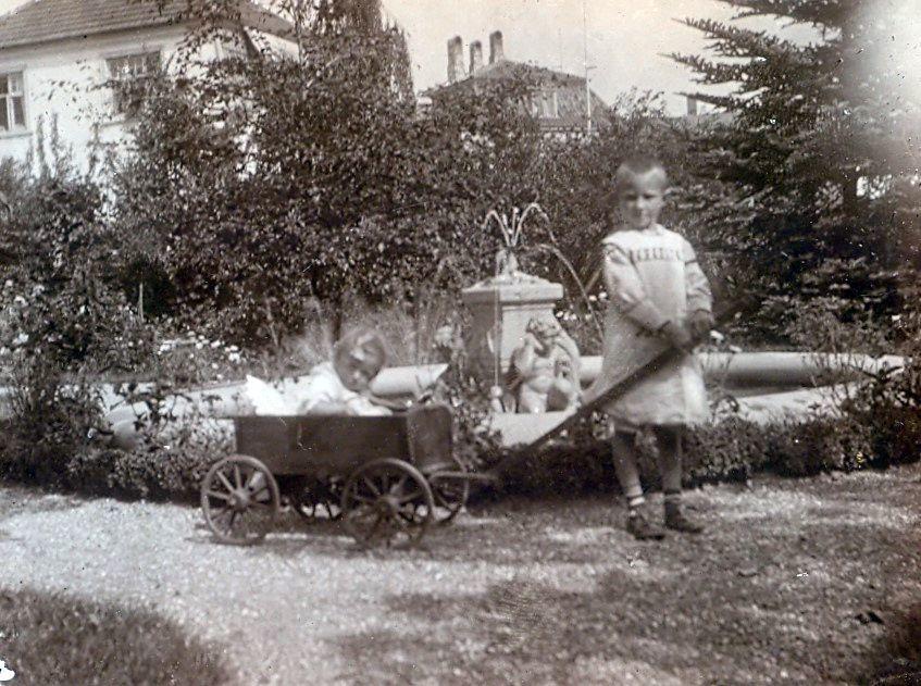30.210 Axel Schmuhl og Clara Schmuhl cirka 1914 foran villa Sans Souci.