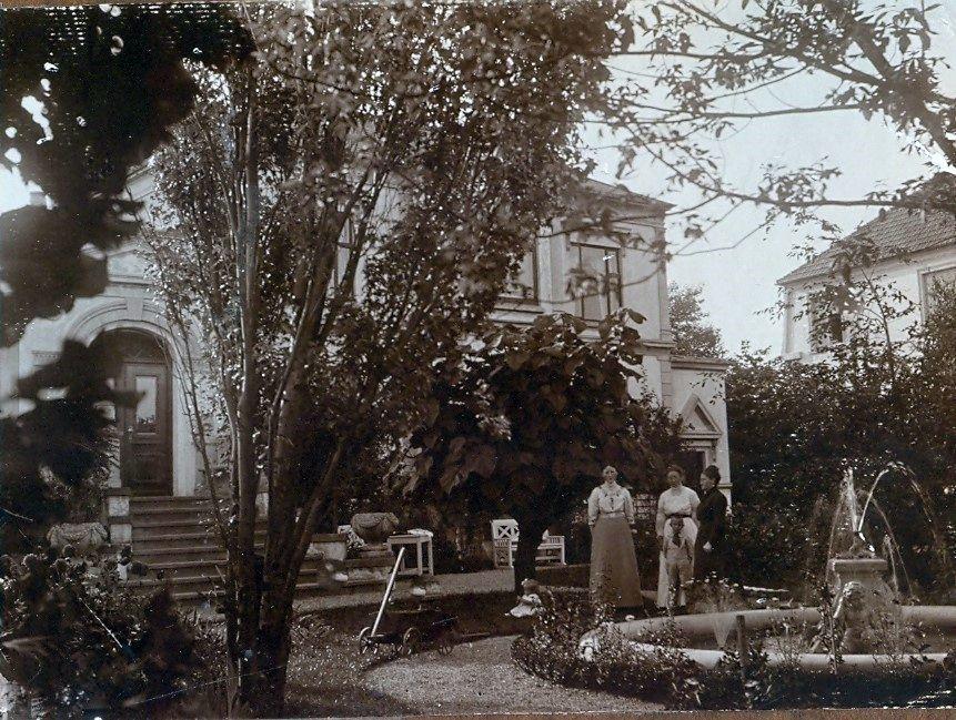 30.219 Erna og Axel Schmuhl sammen med den tyske familie ved villa Sans Souci.