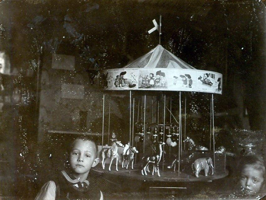 30.233 Axel og Clara Schmuhl med legetøjskarussellen.