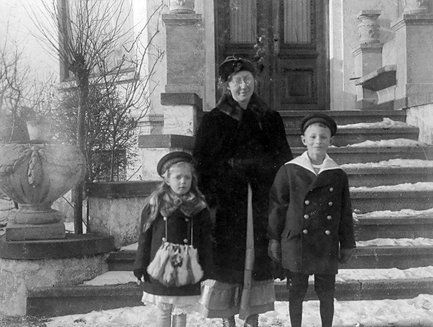 30.276 Erna, Clara og Axel Schmuhl på trappen ved villa Sans Souci,