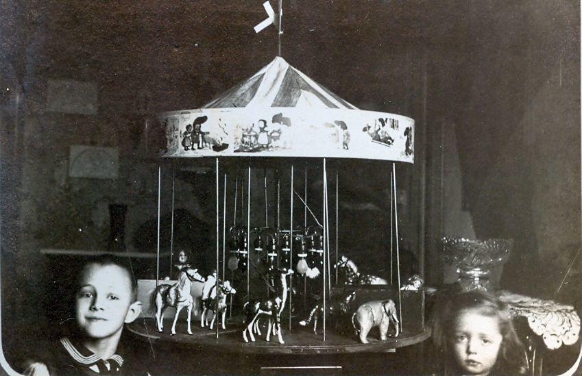 30.323 Axel og Clara Schmuhl ved legetøjskarussellen.