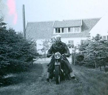 30.410 På motorcykel i Liseleje ved Liselejevej 42, 3360