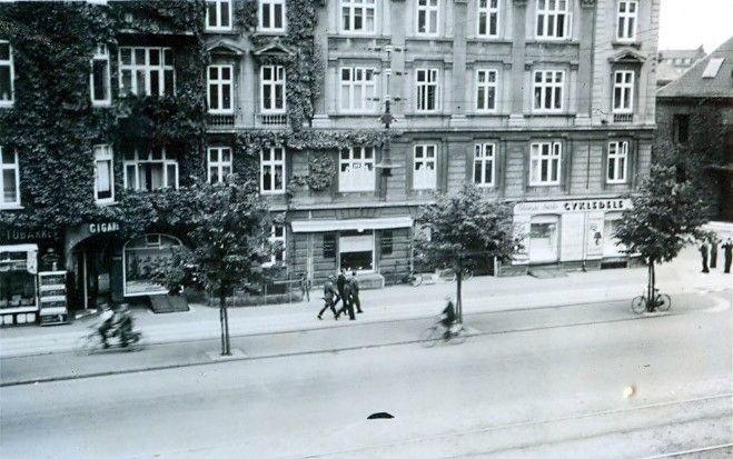 30.744 Åboulevard med udsigt til hjørnet ved Ewaldsgade. Forår 1944