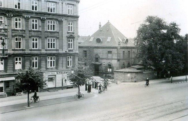 30.746 Åboulevard med udsigt til hjørnet ved Ewaldsgade. Forår 1944