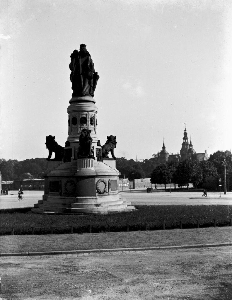 22.46 Ukendt sted. Er det Rosenborg slot i baggrunden ? År 1910