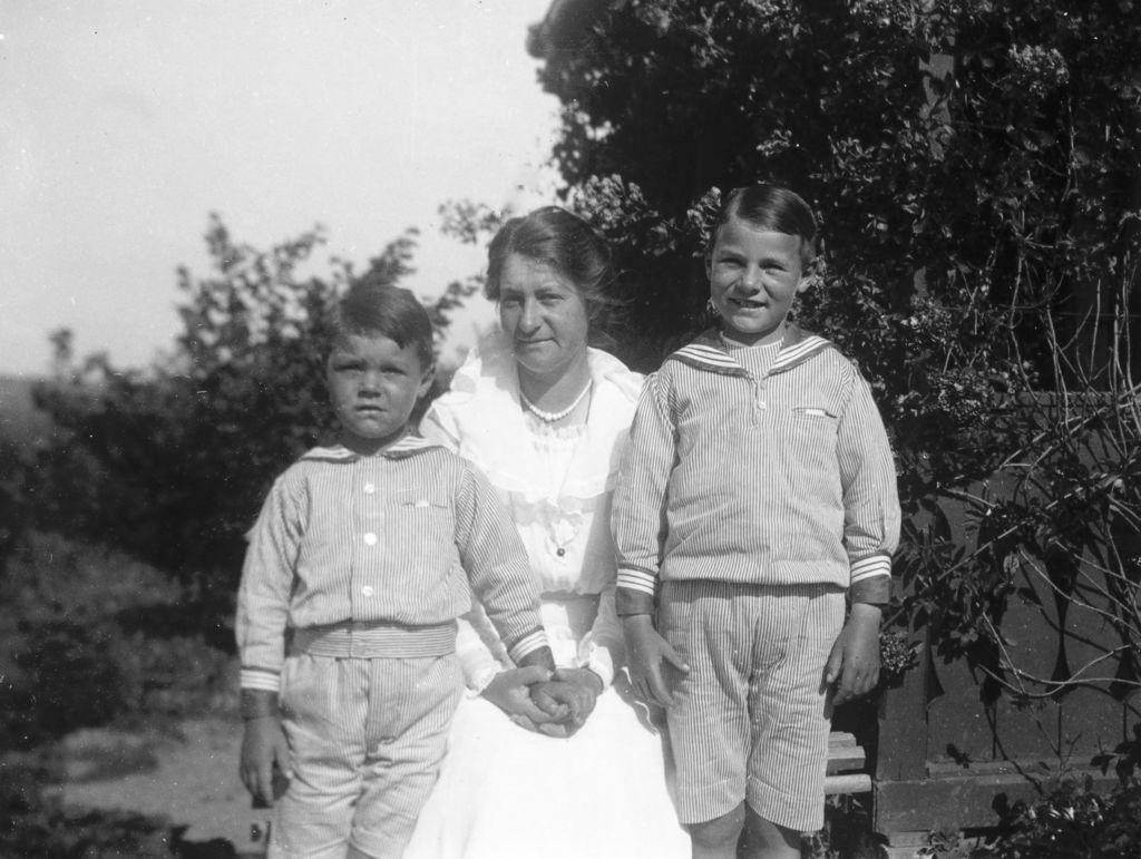 1.6  Ukendt, men måske Anna Johanne Teilmann med børnene Jørgen f. 1908 og Poul f. 1911.
