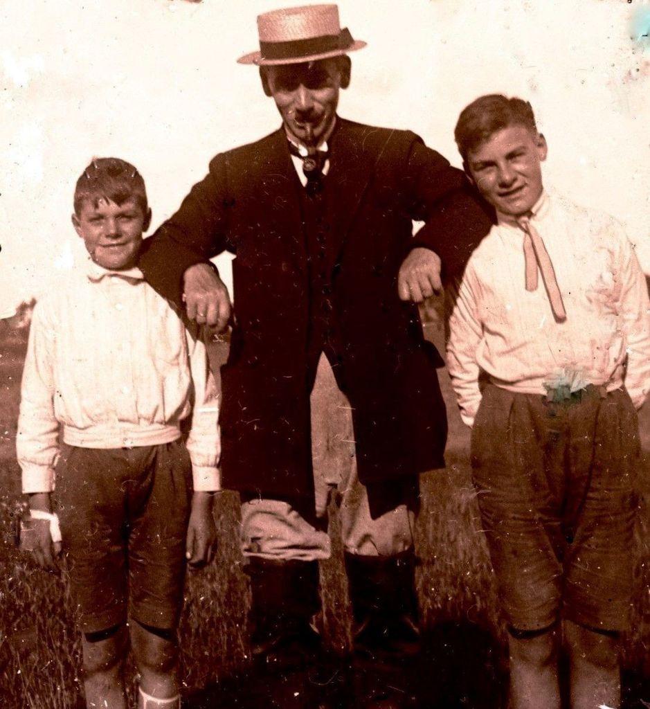 1.7  Ukendt, men måske Johan KristianTeilmann med børnene Jørgen f. 1908 og Poul f. 1911.