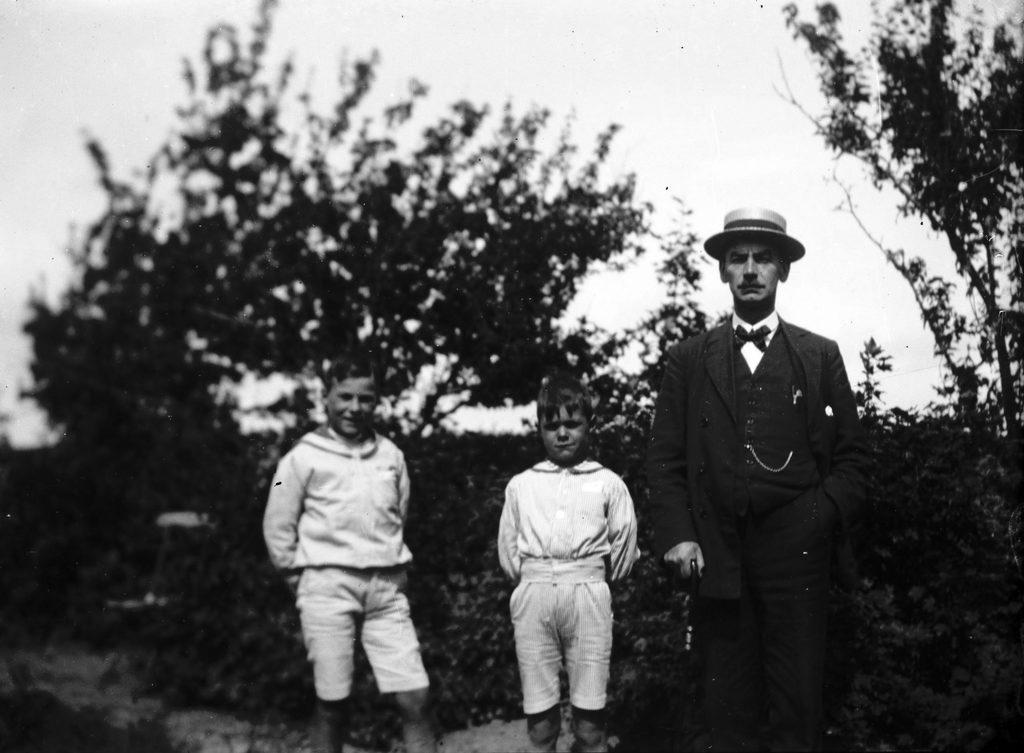 3.4 Muligvis Johan Kristian Teilmann f. 1876 med sønnerne Jørgen f. 1908 og Poul f. 1911