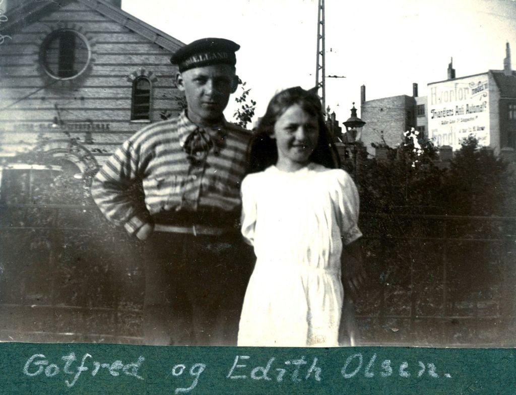 70.220 Gotfred og Edith Olsen med Østerbros posthus og elektricitetsværk i baggrunden.