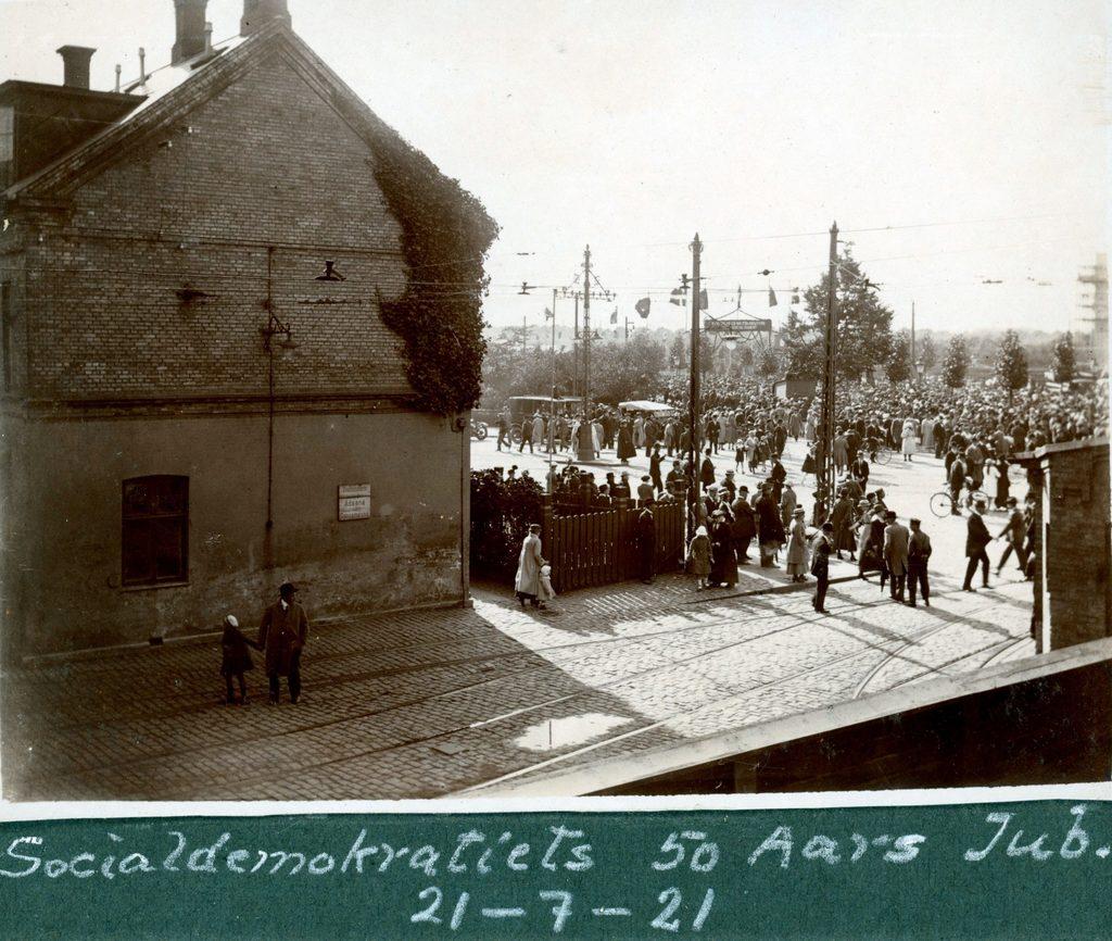 Socialdemokratiets 50 års jubilæum 21.7.1921 Set fra baghuset til Trianglen 7, København.