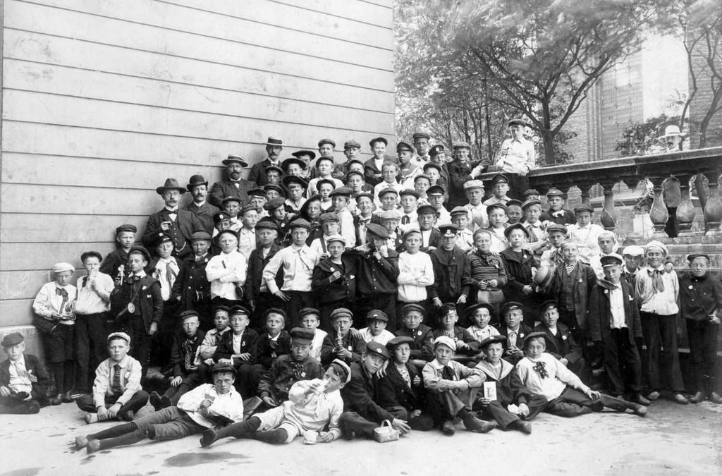 Konfirmander fotograferet foran Trinitatis kirke ca. 1910