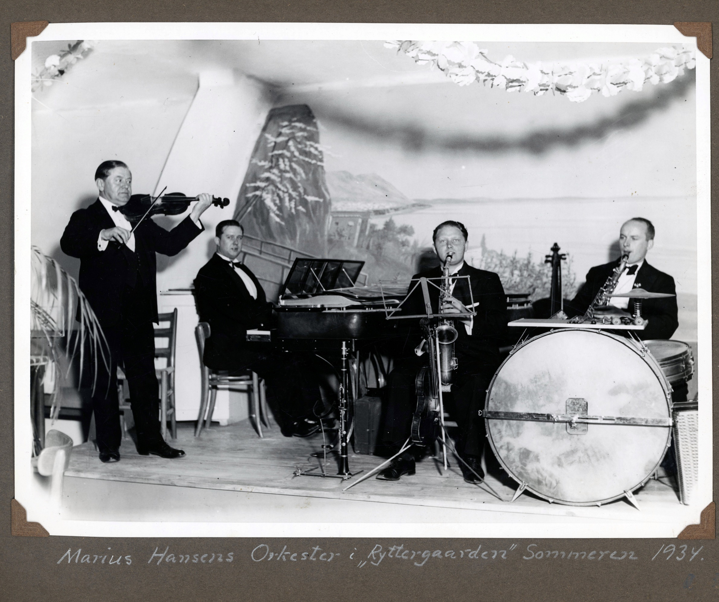70.303 Marius Hansens Orkester i Ryttergaarden, sommeren 1934.